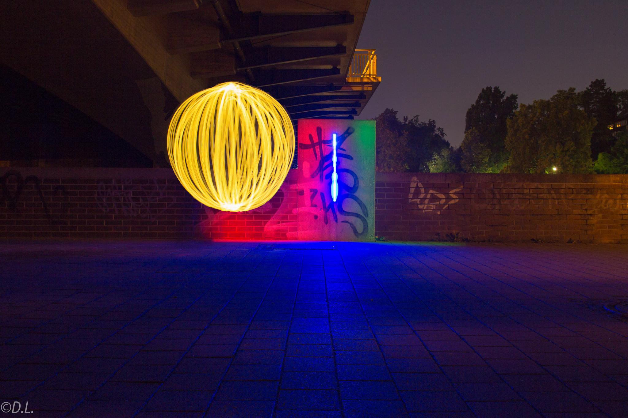 Lichtball unter farbiger Brücke