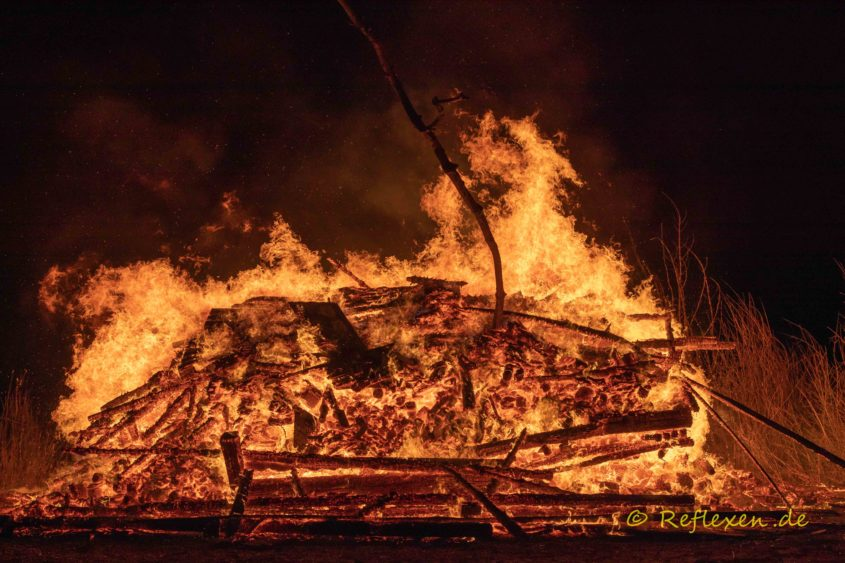 Loderndes Feuer eines Haufen Holzes