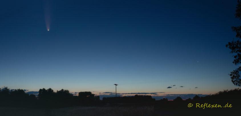 Panorama einer morgendlichen Landschaft mit dem Kometen NeoWise