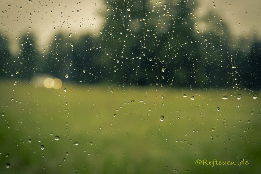 Blick durchs Fenster im Regen