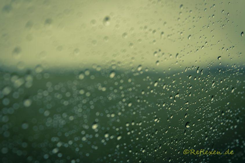 Blick durchs Fenster beim Regen